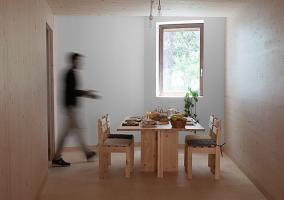 Comedor con mesa de madera clara