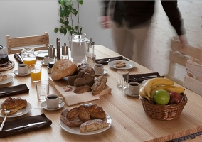 Comedor de la casa con desayuno encima