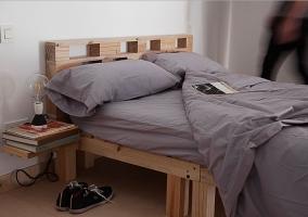 Dormitorio de matrimonio con estructura de madera