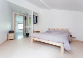 Dormitorio de matrimonio con original aseo