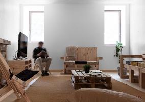 Sala de estar en madera con pales
