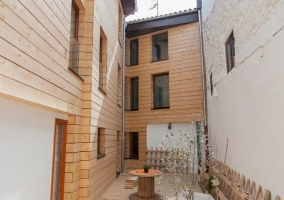Acceso al patio interior de la casa en madera