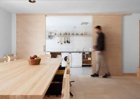 Cocina con puerta corredera