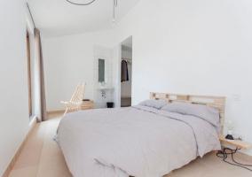 Dormitorio de matrimonio con aseo y armario