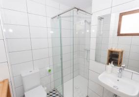 Dormitorio de matrimonio con aseo y ducha
