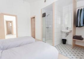 Dormitorio doble con armario frente a las camas