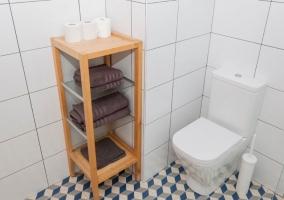 Dormitorio doble con aseo y toallas