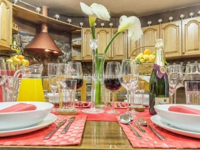 Cocina con mesa puesta