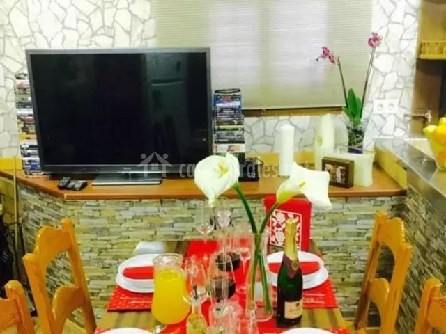 Cocina y comedor con televisor
