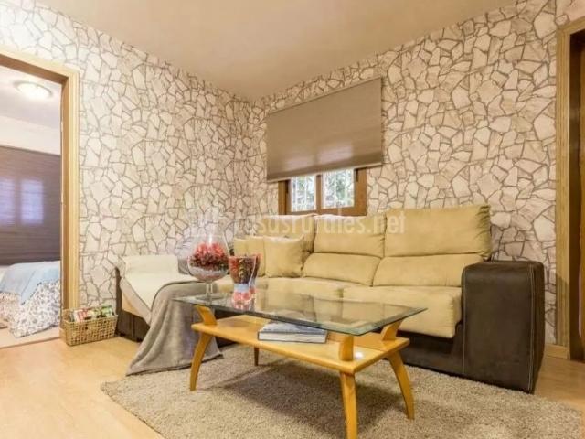 Sala de estar de la casa en tonos crema con chimenea