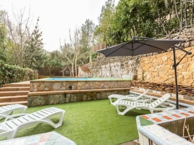Vistas de los exteriores con sombrilla y la piscina
