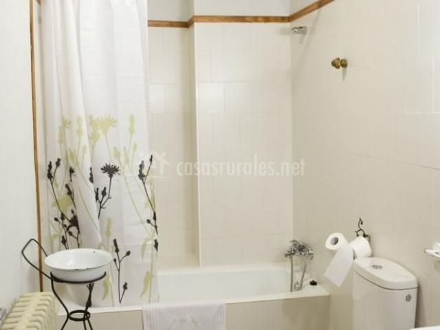 Aseo de un dormitorio con bañera