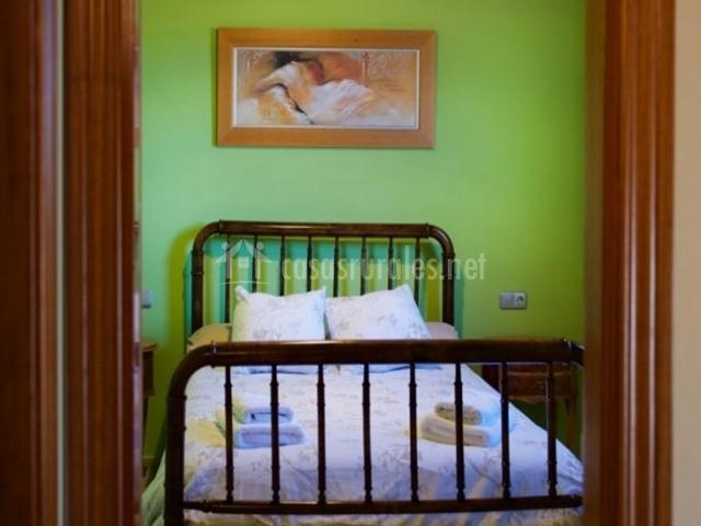 Dormitorio con paredes de color verde