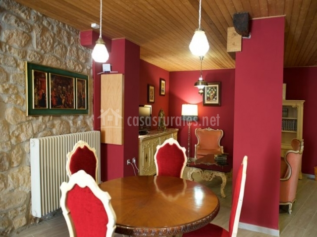 Sala de estar con sillas tapizadas