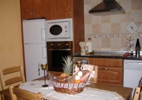 Cocina comedor vista desde la sala de estar con sillones
