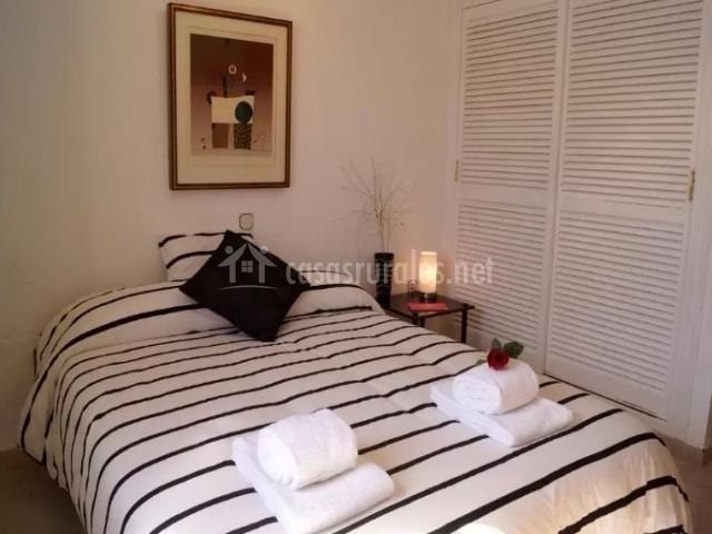 Dormitorio de matrimonio con decorado marinero