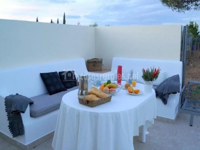 Vistas de la terraza con desayuno sobre la mesa