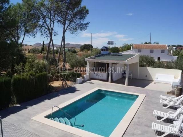 Vistas de las zonas de piscina con hamacas blancas