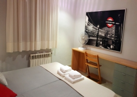 Dormitorio doble con cuadro