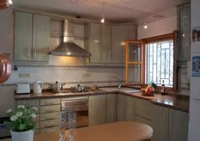 Cocina en L con barra de madera