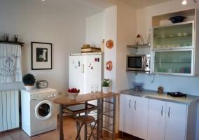 Cocina en L con barra y lavadora