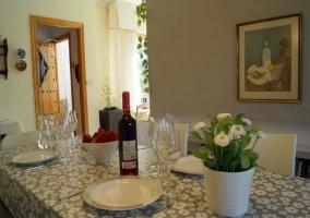 Comedor en tonos claros con botella de vino