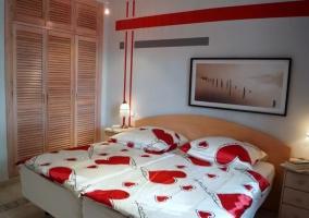 Dormitorio doble con colchas de corazones
