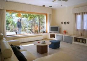 Sala de estar con cristalera panorámica