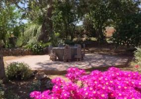 Vistas de la mesa de piedra en el exterior