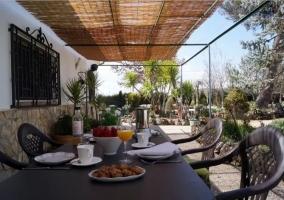 Vistas del porche con desayuno puesto