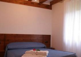 Sala de estar y comedor con mesa de madera auxiliar