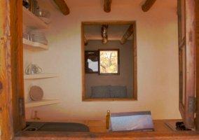 Cocina completa con ventana en la parte central