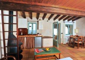 Acceso a la terraza de la casa con mesa puesta y sillas azules