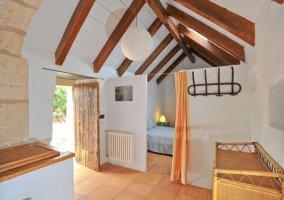 Sala de estar con techo a dos aguas