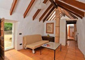 Sala de estar con su chimenea en el centro y mesa blanca