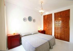 Dormitorio amplio con aseo en el interior y ventana