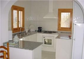 Sala de estar con chimenea vista desde la cocina
