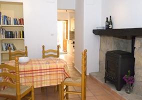 Cocina completa con mesa y sillas de forja