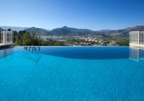 Acceso principal con piscina y fachada con porche