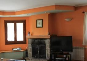 Sala de estar con sullones frente a la chimenea