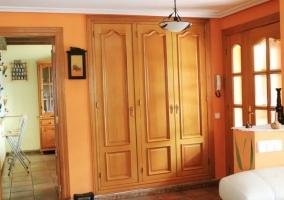 Sala de estar en naranja con armarios