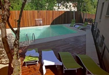 Casas rurales con piscina en luesia for Complejo rural con piscina