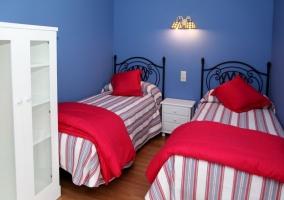 Dormitorio con colcha de cuadros en blanco y rojo