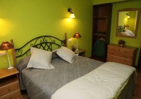 Dormitorio en verde con cojines blancos
