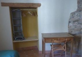 Dormitorio doble con original armario con perchas
