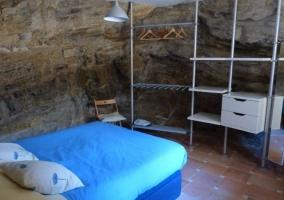Dormitorio doble con colcha en color azul