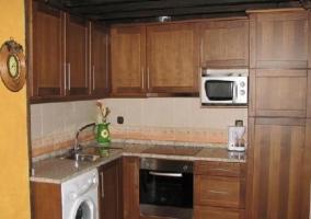 Cocina abierta con horno y microondas