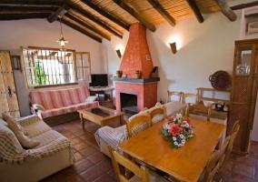 Sala de estar con chimenea y mesa de madera y centro