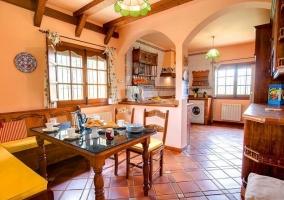 Sala de estar con chimenea y mesa de comedor muy elegante