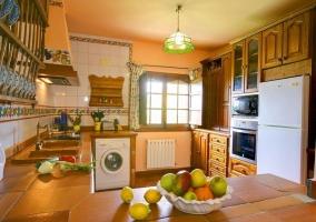 Cocina comedor con espacio de trabajo tras el arco